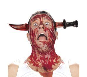 Verinen puukko pään läpi